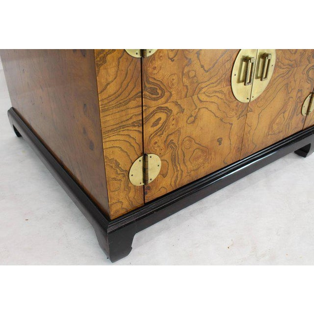 1970s Mid-Century Modern Burl Walnut Black Lacquer Base Brass Hardware Cube Shape End Table For Sale - Image 9 of 14