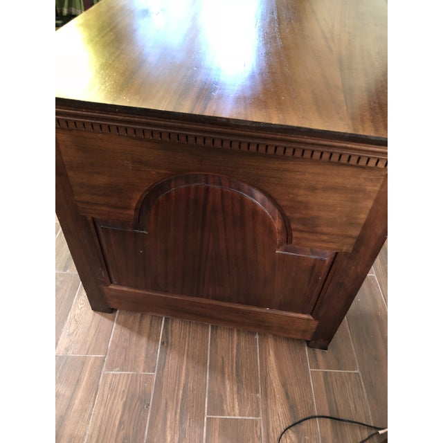 1990s Traditional Partner Mahogany Desk For Sale - Image 4 of 10