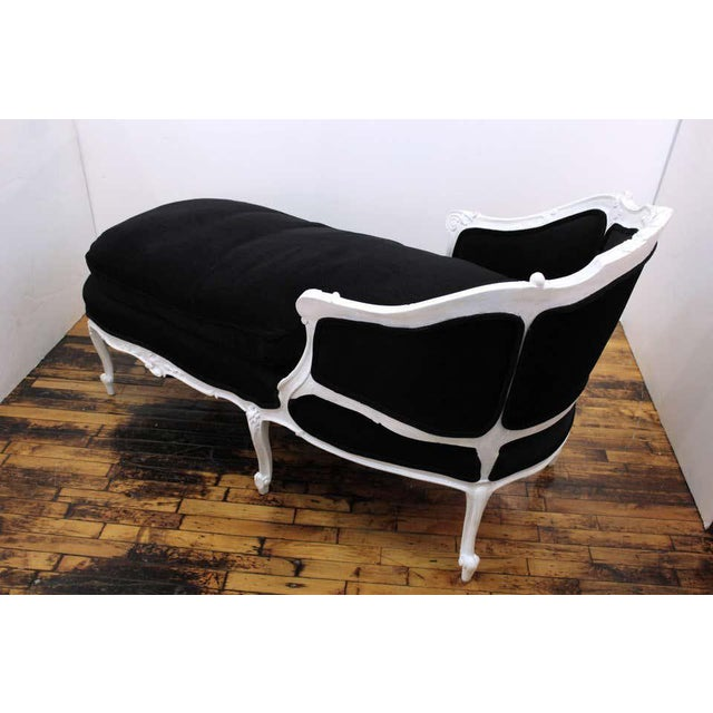 1940s Antique French Hollywood Regency Style Carved Beechwood Chaise Lounge For Sale - Image 5 of 11