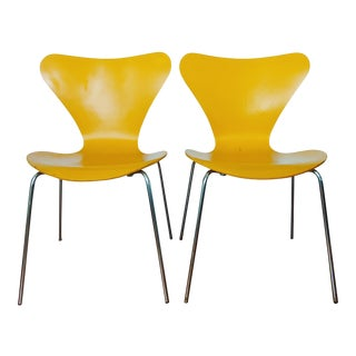 Vintage Modern Fritz Hansen Series 7 Chairs by Arne Jacobsen - Set of 2 For Sale