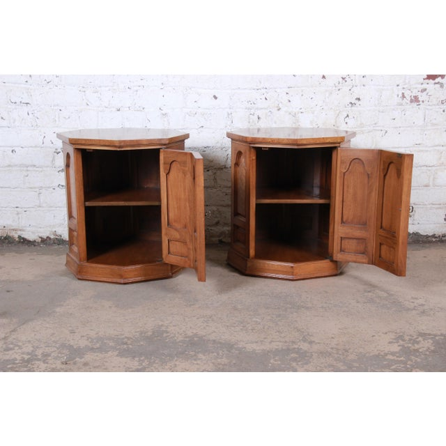 1960s Mastercraft Mid-Century Hollywood Regency Burl Wood Cabinet Side Tables - a Pair For Sale - Image 5 of 9