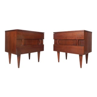 Pair of Midcentury Walnut Nightstands by American of Martinsville For Sale