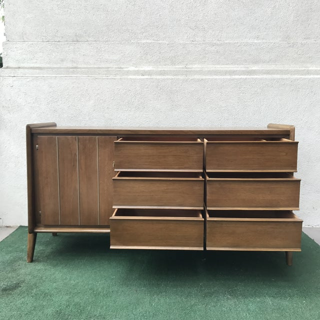 Mid-Century United Furniture 9~Drawer Dresser For Sale In Los Angeles - Image 6 of 8