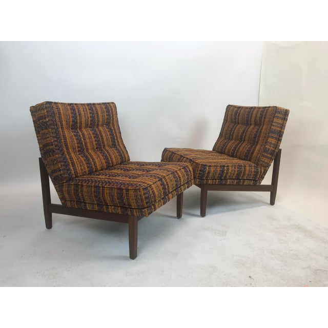 Pair of knoll lounge chairs from approximately late 1950 with original material. Very stylish and comfortable.