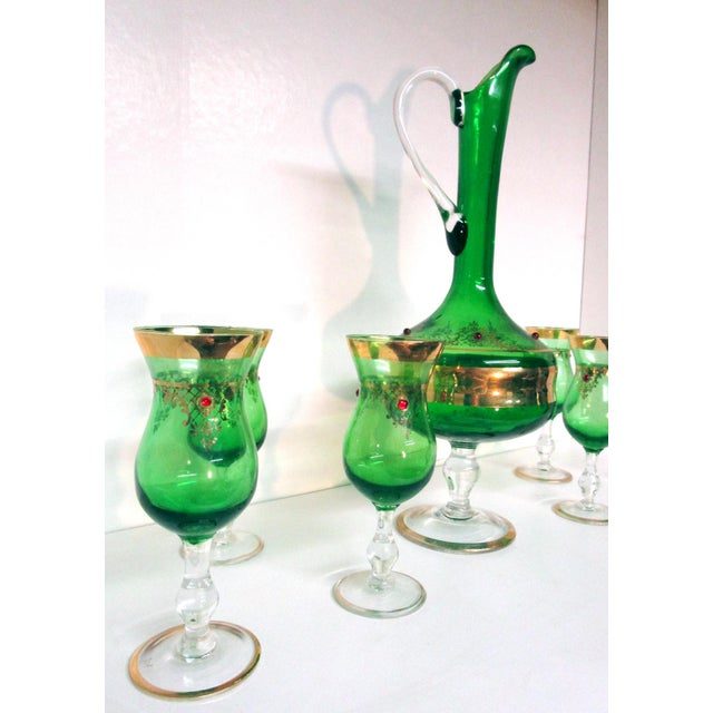 Anglo-Indian Vintage Italian Gilt Emerald Glass & Red Jewels Decanter Set - 7 Pc. Set For Sale - Image 3 of 10