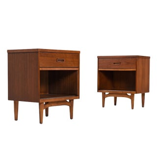 Mid-Century Modern Oak and Walnut Nightstand Bedside Tables by Kroehler For Sale
