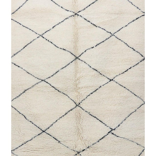 """Contemporary Beni Ourain Vintage Moroccan Rug - 5'1"""" X 8'4"""" For Sale - Image 4 of 6"""