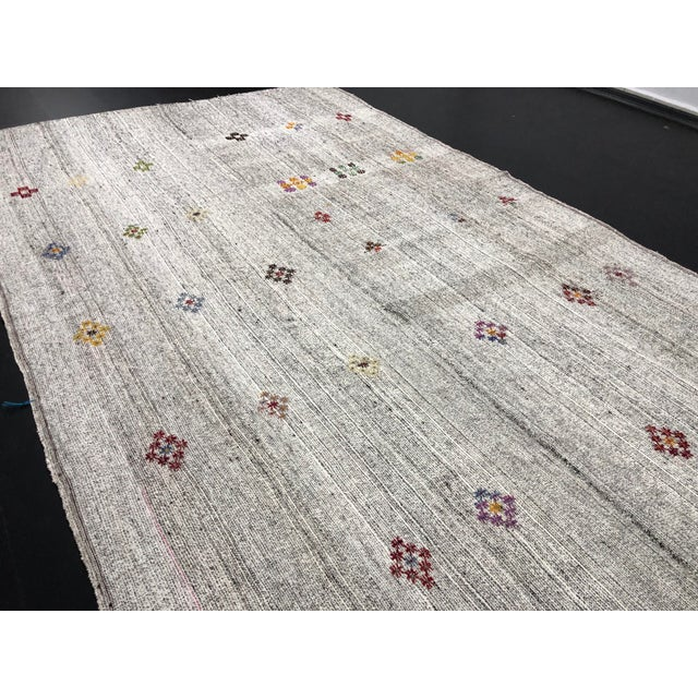 White 1960s Vintage Floral Patterned Traditional Turkish Anatolian Aztec Handwoven Kilim Rug- 6′10″ × 11′3″ For Sale - Image 8 of 11