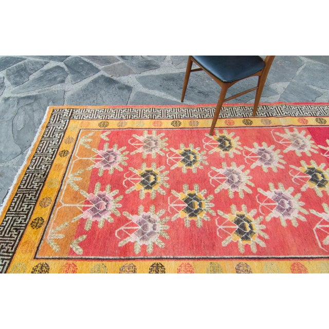 House of Séance - 1920s Vintage Khotan Wool Pile Floral Wide Area Hand-Knotted Rug- 4′11″ × 11′2″ For Sale In Los Angeles - Image 6 of 13