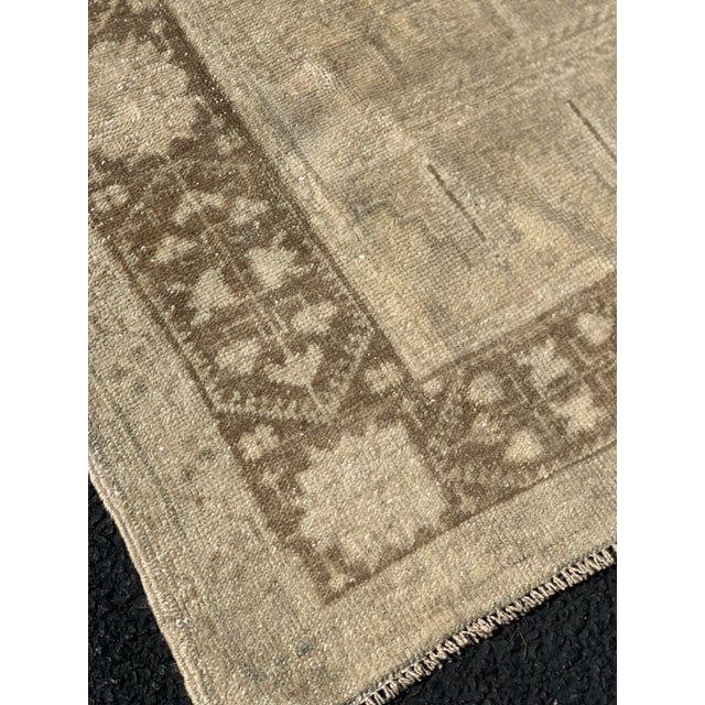 "1950s 1950's Vintage Turkish Oushak Beige Wool Rug - 4'9""x9'2"" For Sale - Image 5 of 13"