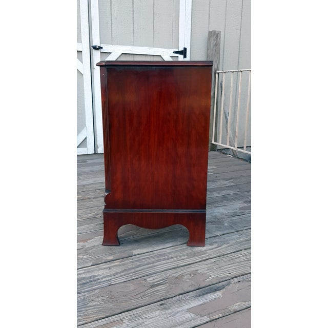 1980s English Georgian Style Banded Flame Mahogany Chest of Drawers For Sale - Image 4 of 13