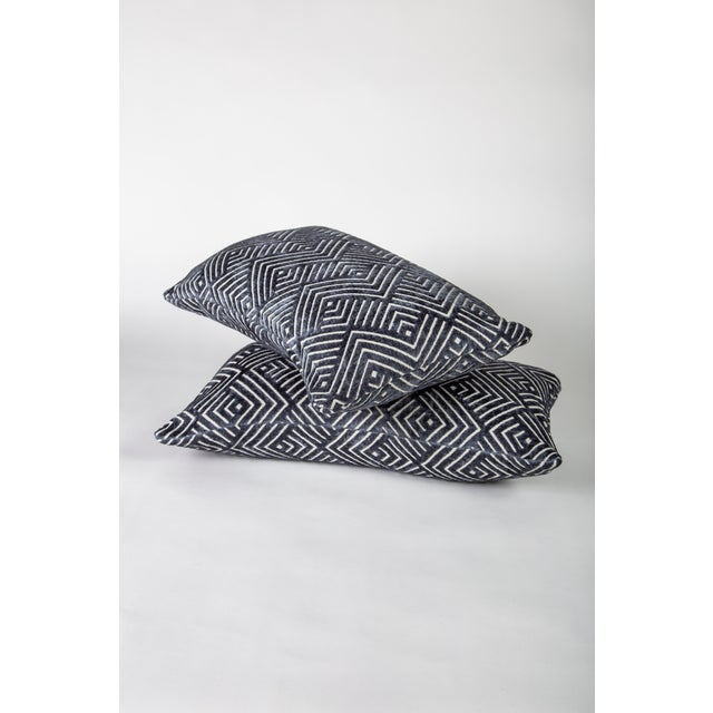 """20"""" X 12"""" Pollack Tipping Point Cut Velvet Pillows, Pair For Sale - Image 4 of 6"""