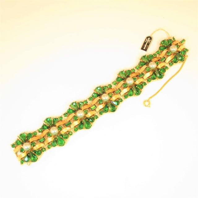 Crown Trifari Alfred Philippe Gilded Rhodium Bracelet EmErald Crystals 1950s For Sale - Image 13 of 13