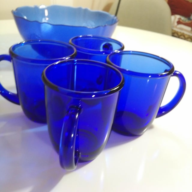 1960s 1960s Mid-Century French Cobalt Blue Arcoroc Bowl & Mug Set of 5 For Sale - Image 5 of 9