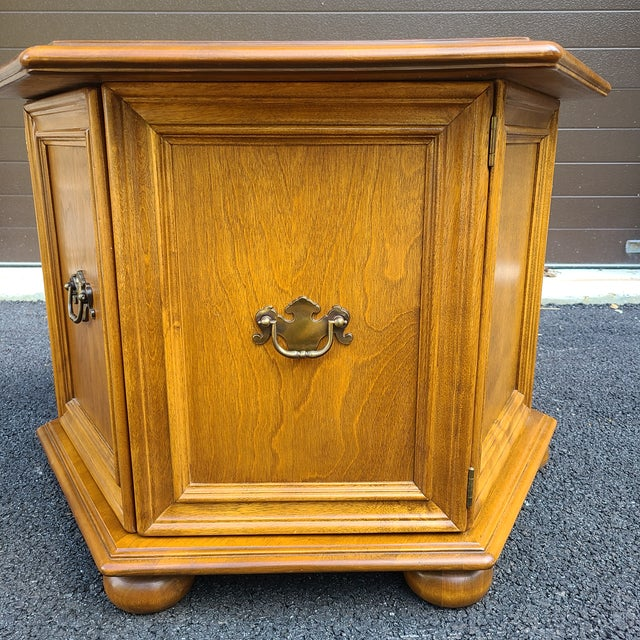 Late 20th Century Ethan Allen Heirloom Nutmeg Maple Hexagonal Storage Table For Sale - Image 5 of 13