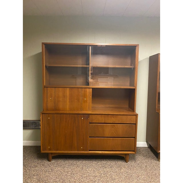 Kroehler Mid-Century Modern Kroehler China/Buffet Cabinet For Sale - Image 4 of 4