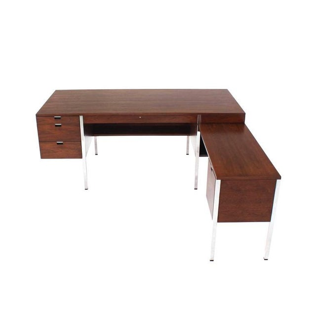 Dunbar Large Walnut Executive Desk with Return For Sale In New York - Image 6 of 10