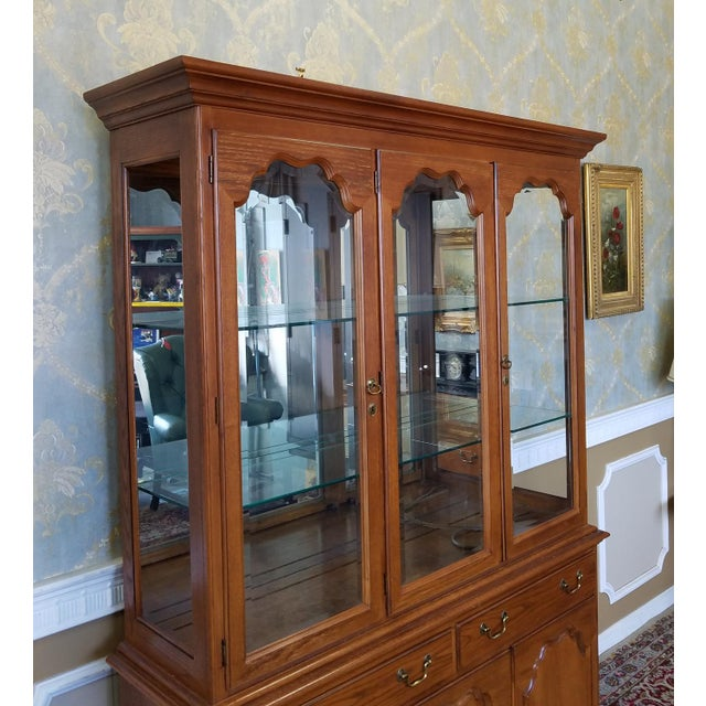 1990s Oak Drexel Heritage Carleton Collection Dining Room China Cabinet - Image 6 of 11