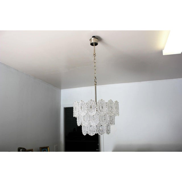 Elegant Italian chandelier in transparent Murano glass attributed to Venini, circa the 1960s, composed from transparent...