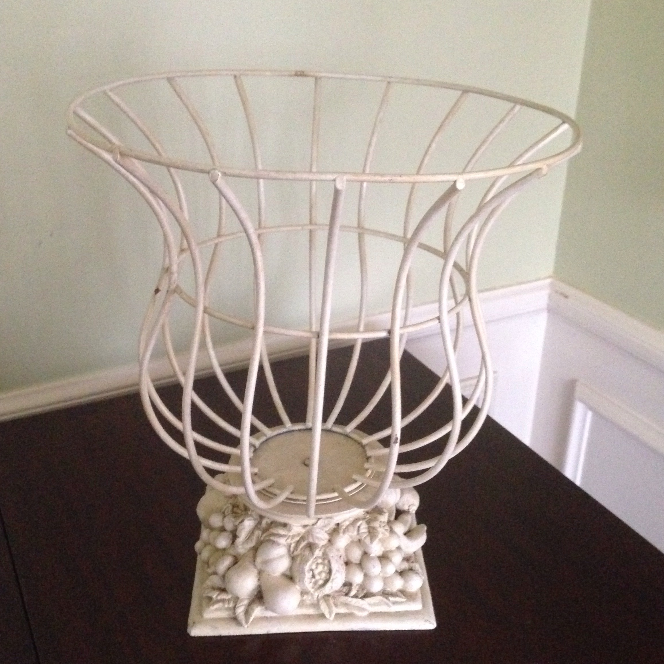 Charmant A Vintage, French Style Garden Urn In A Soft Ivory Tone. This Piece Features