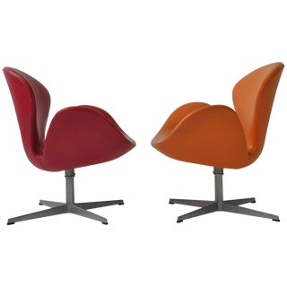 Pair of Swan Chairs by Arne Jacobsen for Fritz Hansen For Sale