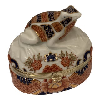 1970s Handpainted Porcelain Chinoiserie Frog Trinket Box For Sale
