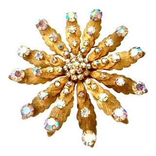 1950s Vintage Brushed Gold & Austrian Crystal Rhinestone Dimensional Flower Brooch For Sale