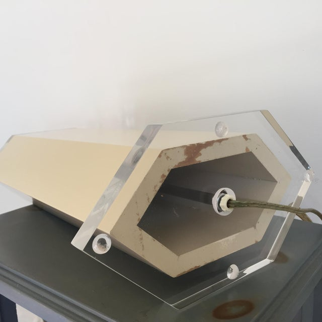 1970s Off White Lacquer Hexagon Lamp with Lucite Base & Finial For Sale - Image 5 of 5