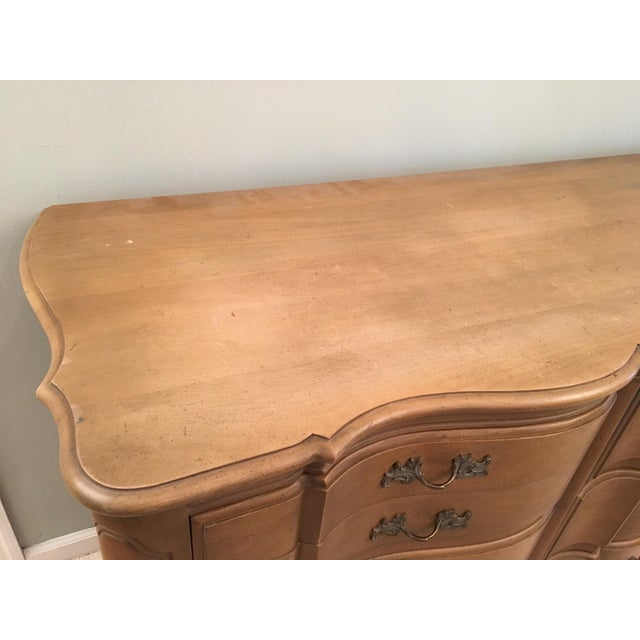 1960s Louis XV French Provincial Serpentine Dresser and Mirror by Dixon Powdermaker Orleans Collection For Sale - Image 5 of 9