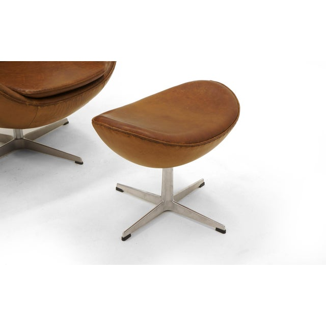 Animal Skin Pair of Arne Jacobsen Egg Chairs With Ottomans for Fritz Hansen, Cognac Leather For Sale - Image 7 of 9