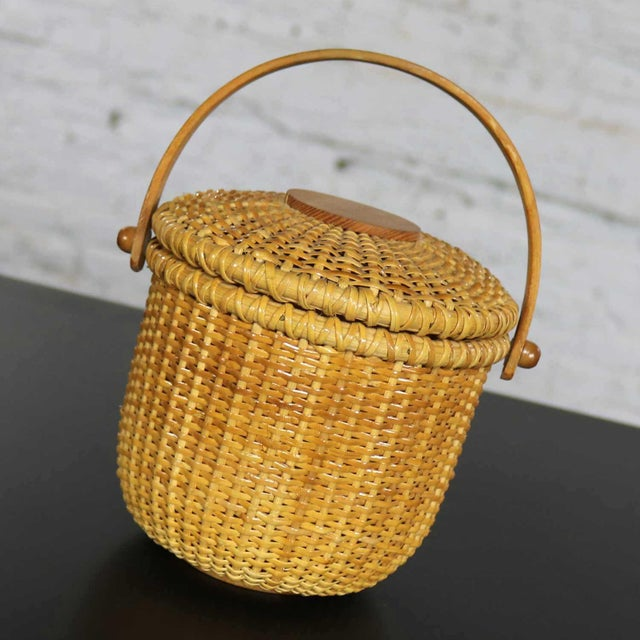 Lovely Nantucket Lightship friendship basket round and lidded. It is in fabulous vintage condition with no outstanding...