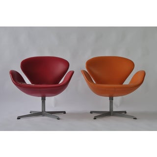 Pair of Swan Chairs by Arne Jacobsen for Fritz Hansen Preview