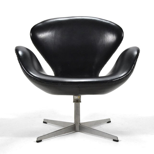 Black Arne Jacobsen Swan Chair in Black Leather by Fritz Hansen For Sale - Image 8 of 8