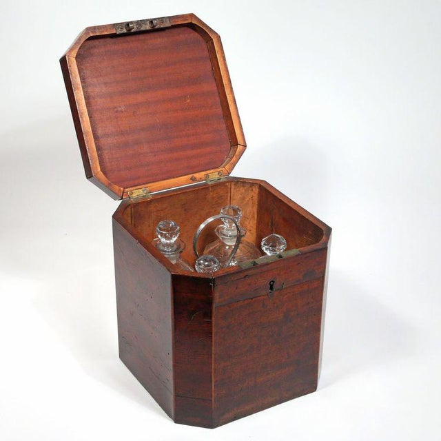 George III Mahogany Decanter Case complete with Bottle Carrier - Set of 6 For Sale - Image 4 of 4