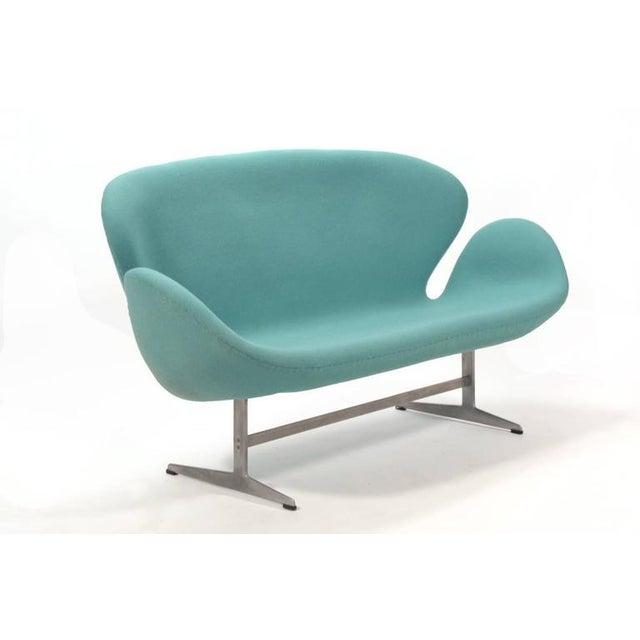 Danish Modern Arne Jacobsen Swan Sofa by Fritz Hansen For Sale - Image 3 of 10