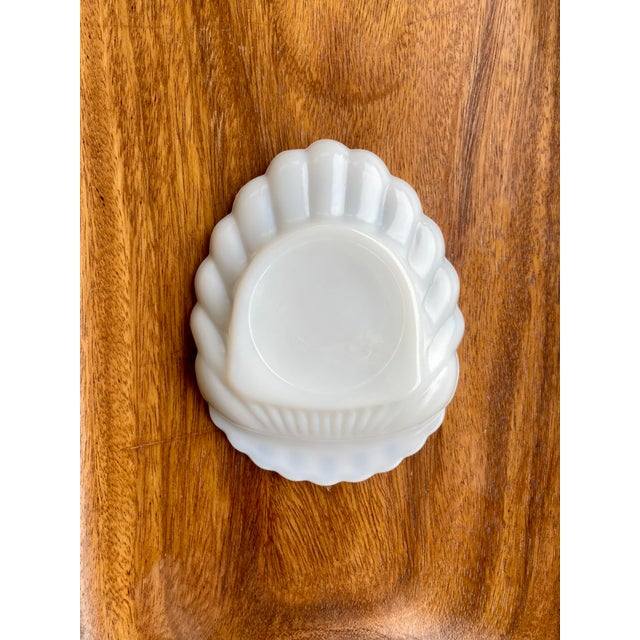 Classic coastal milk glass clamshell ashtray. Perfect for displaying your favorite trinkets or everyday jewelry.
