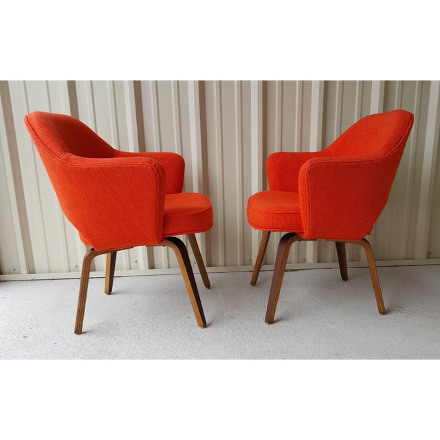 Iconic and difficult to find with the wooden walnut veneer legs, this pair of vintage Eero Saarinen model 71 armchair...