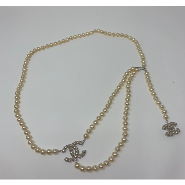 """Contemporary Chanel White Gold Tone """"Pearl"""" Belt, 2008 For Sale - Image 3 of 8"""