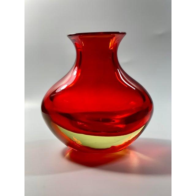 "Mid-Century Modern 1963 Antonio Da Ros Cenedese ""Coppa Con Labbro"" Sommerso Red Uranium Glass Vase For Sale - Image 3 of 8"
