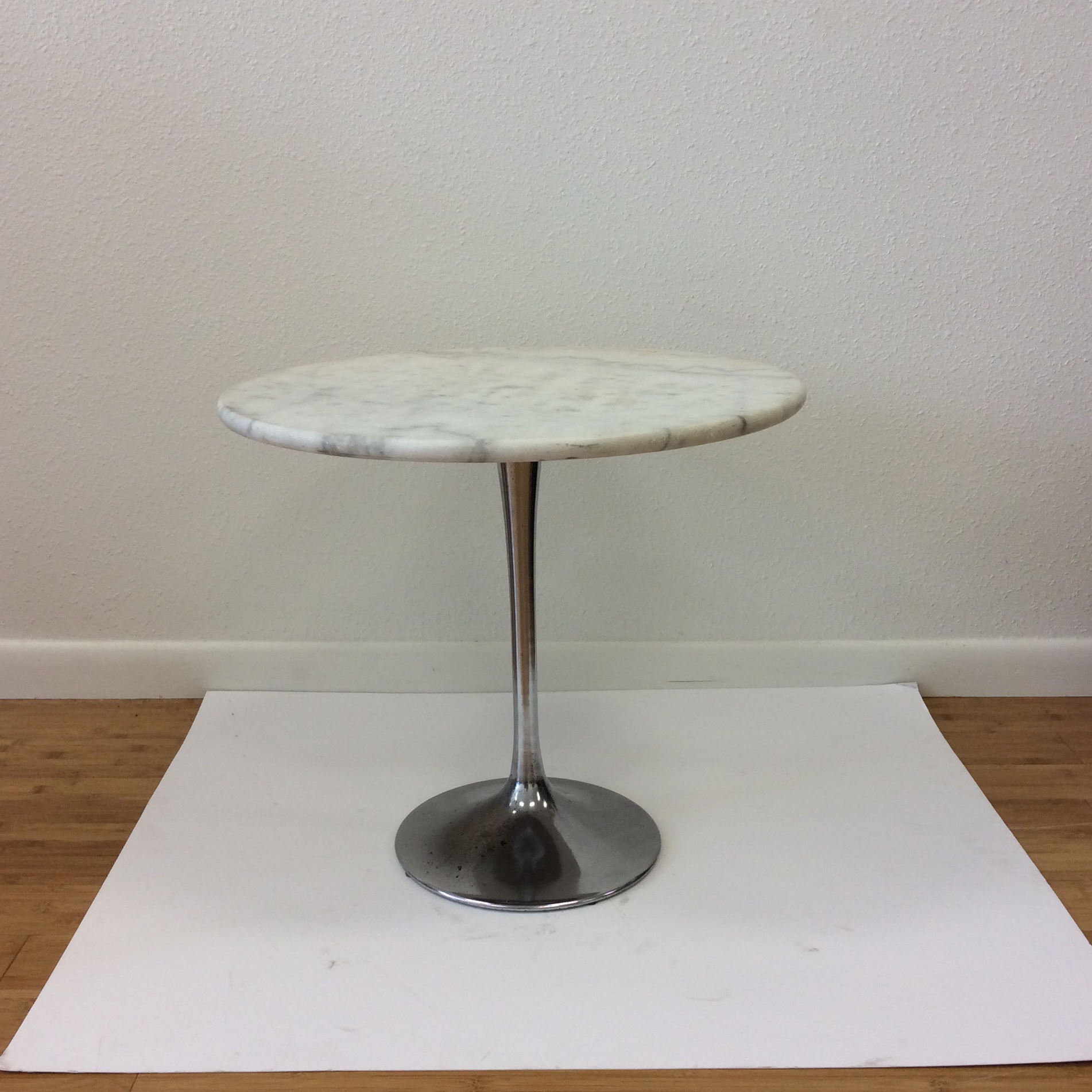 Superbe Chrome Base Tulip Table With Marble Top In The Manner Or Eero Saarinen C.  1950