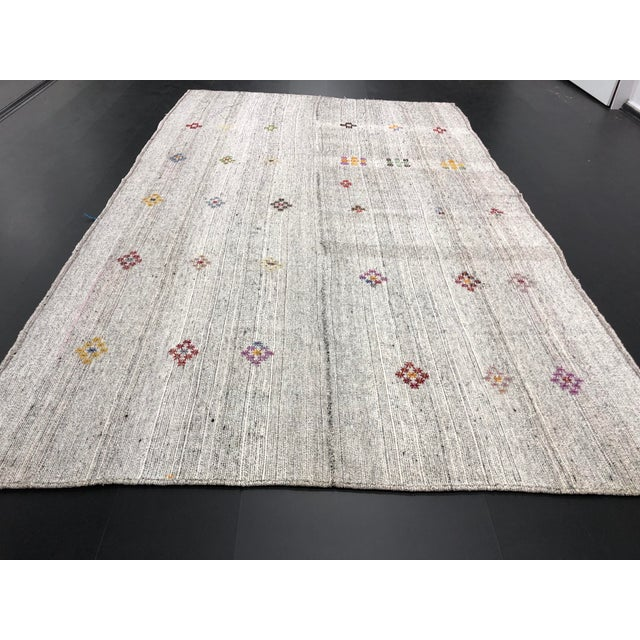 1960s Vintage Floral Patterned Traditional Turkish Anatolian Aztec Handwoven Kilim Rug- 6′10″ × 11′3″ For Sale In Phoenix - Image 6 of 11