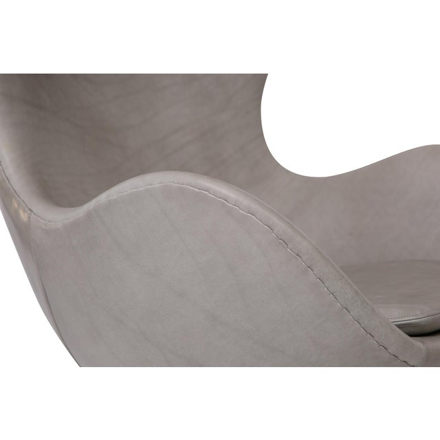 1960s Gray Leather Egg Chair and Ottoman by Arne Jacobsen for Fritz Hansen For Sale - Image 5 of 7