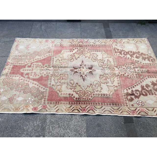 1960s Vintage White Turkish Rug- 3′9″ × 6′9″ For Sale - Image 10 of 11