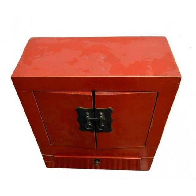 Ancient Chinese Red Lacquered Square Cabinet with Brass Hardware from the 1900s For Sale In New York - Image 6 of 8