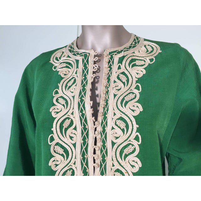 Moroccan Caftan Emerald Green Silk Kaftan Size S to M For Sale - Image 4 of 10