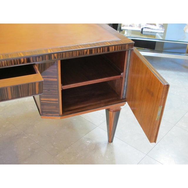 A Handsome and Boldly-Scaled French Art Deco Macassar-Veneered Pedestal Desk For Sale In San Francisco - Image 6 of 8