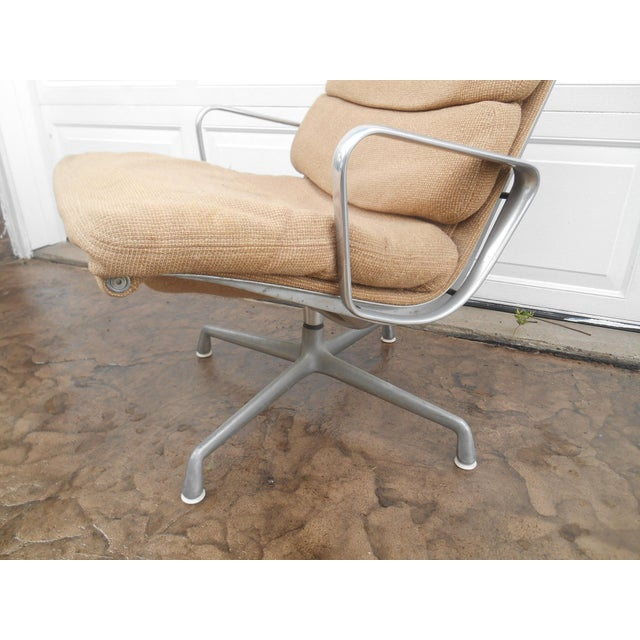 Mid 20th Century Vintage Herman Miller Padded Swivel Lounge Chair For Sale - Image 5 of 10
