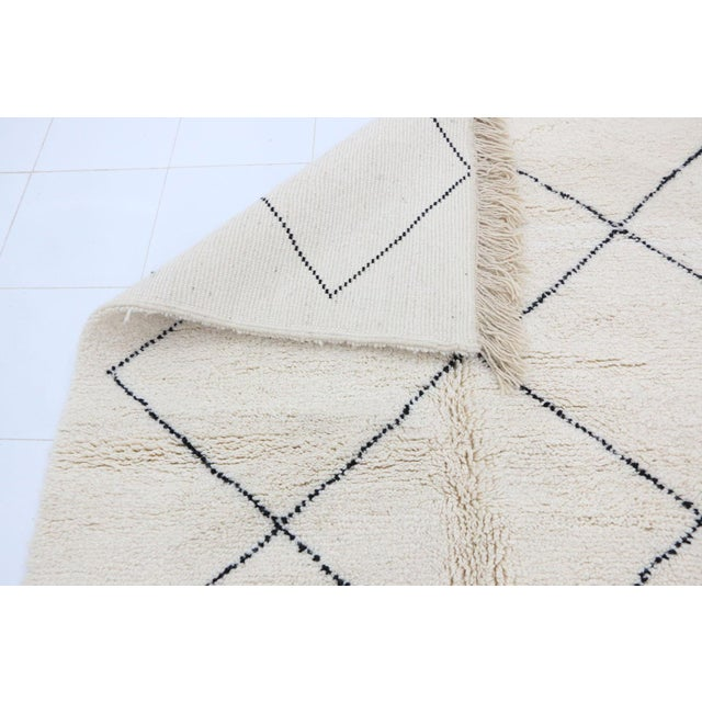 """Contemporary Beni Ourain Vintage Moroccan Rug - 5'0"""" X 8'4"""" For Sale - Image 4 of 6"""