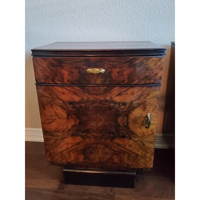 Brown 1930s Italian Art Deco Highly Figured & Burled Walnut Bedside Cabinet - a Pair For Sale - Image 8 of 12