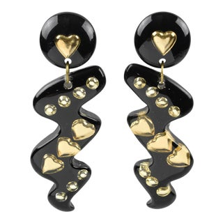 Italian Space Age Oversized Lucite Dangling Black Gilded Heart Clip-On Earrings For Sale